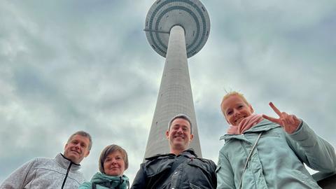 hr1-Moderatorin Simone Reuthal mit Gewinner Kai Mann nebst Begleitung vor dem Europaturm in Frankfurt.