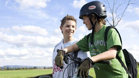 Jugendlicher mit Fahrradhelm