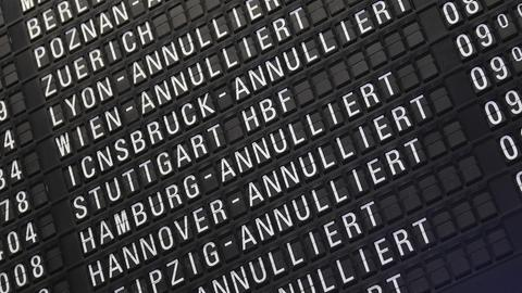 Annullierte Flüge werden im Terminal 1 des Frankfurter Flughafens auf einer Anzeigetafel angezeigt.