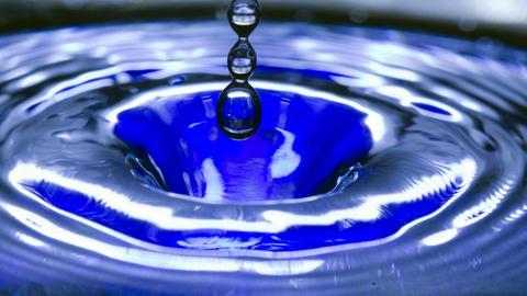Ein Wassertropfen fällt in eine Schüssel