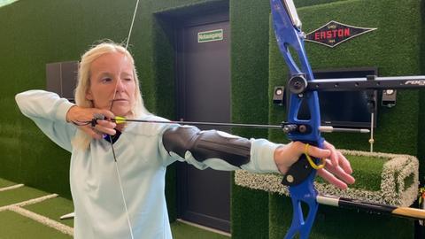 Simone Reuthal beim Bogenschießen.