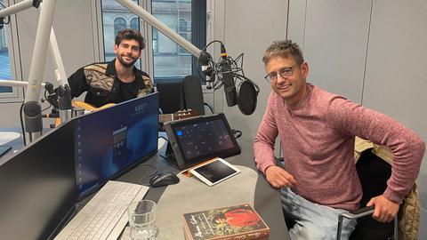 Alvaro Soler und hr1-Moderator Uwe Berndt