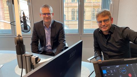 Talk-Gast Enrico Brissa (li.) mit Moderator Uwe Berndt.