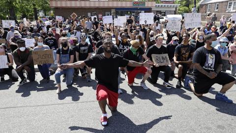 Demonstranten auf ihren Knien