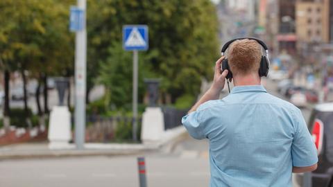 Fußgänger mit Kopfhörer