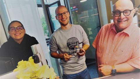 hr1-Koschwitz: Ein Mann, ein Wort, ein SongDaniela Jensen, David Ahlf und Thomas Koschwitz mit der Lostrommel.