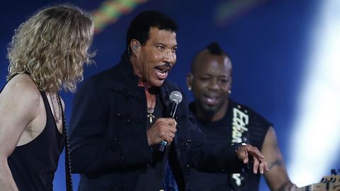 Lionel Richie mit anderen Musikern auf der Bühne