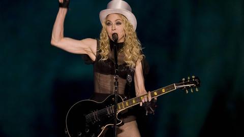 Auch mit 61 Jahren noch leicht bekleidet auf der Bühne: Madonna.