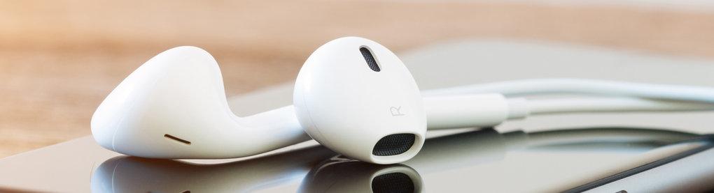 Kopfhörer liegen auf einem Handy
