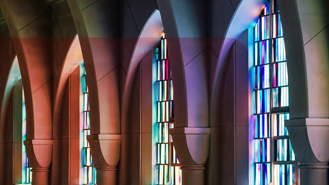 Bunte Kirchenfenster in einer Kirche
