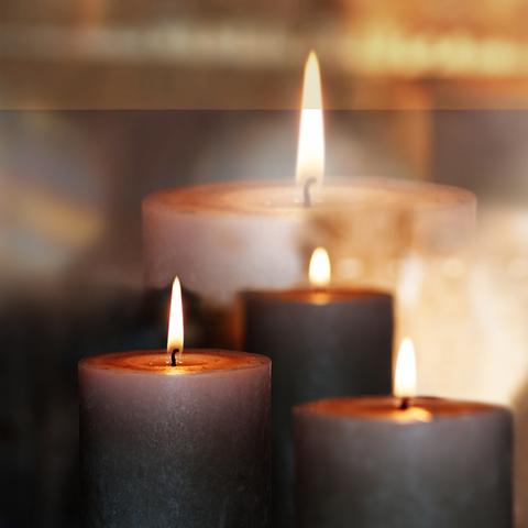 brennende Kerzen im gelben Licht