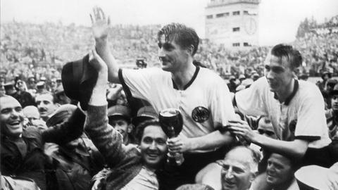 Fritz Walter nach dem WM-Sieg 1954 in Bern.