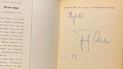 Werner Reinke zeigt ein Autogramm von Fritz Walter