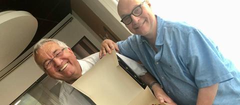 Thomas Koschwitz überrascht Werner Reinke mit einer Geburtstagstorte.