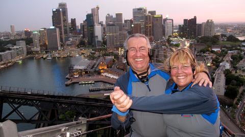 Werner und Lidia Harbour Bridge Climb in Sydney, Australien.