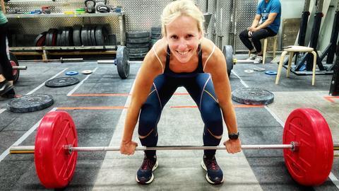 Simone Reuthal beim Gewichtheben.
