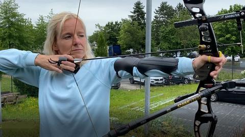Simone testet die olympische Sportart Bogenschießen
