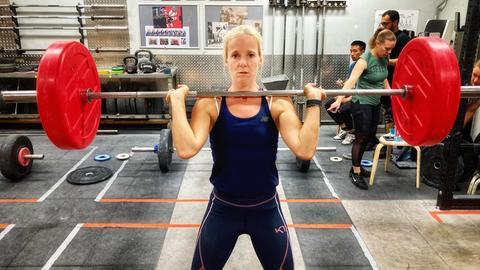 Simone Reuthal beim Gewichtheben