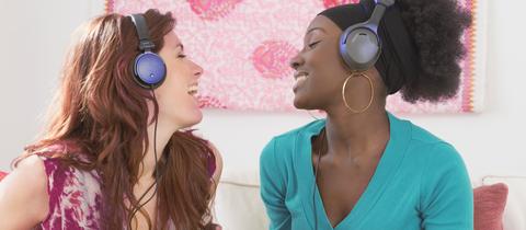 Zwei Frauen hören zusammen Musik