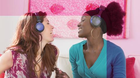 Zwei Frauen singen sich an
