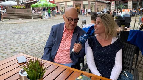 hr1-Morgenmoderator Thomas Koschwitz im Gespräch mit Manuela Döring aus Großen-Buseck.