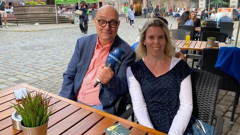 hr1-Morgenmoderator Thomas Koschwitz (li.) im Gespräch mit Manuela Döring.