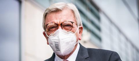 Volker Bouffier trägt eine FFP2-Maske mit der Aufschrift Hessen.