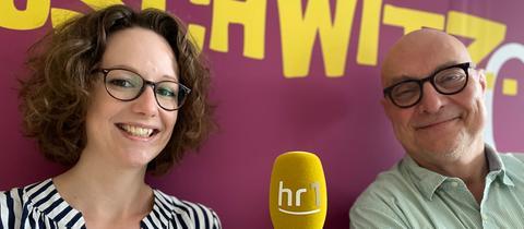 hr1-Reporterin Miriam Bott (li.) und hr1-Moderator Thomas Koschwitz.