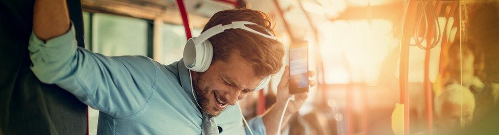 Tanzender Mann mit Kopfhörern der Musik hört